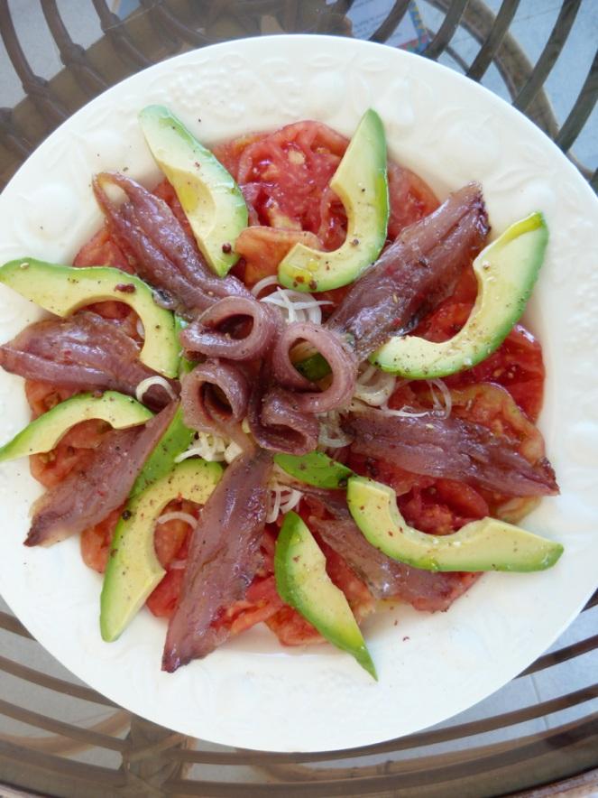 Ensalada de sardines amb tomàtigues cor de bou